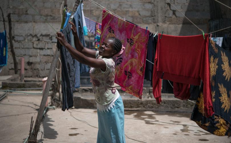 Tabitha Mwikali, de 36 años, es trabajadora doméstica. Vive en Mukuru, uno de los asentamientos informales más grandes de Nairobi. Ella es de Matuu, en el sureste de Kenia, donde ha enviado a sus hijos a vivir, ya que con su salario semanal de 250 chelines (aproximadamente 2,5 dólares) no puede permitirse alimentarlos o enviarlos a la escuela. Foto: Allan Gichigi/Oxfam